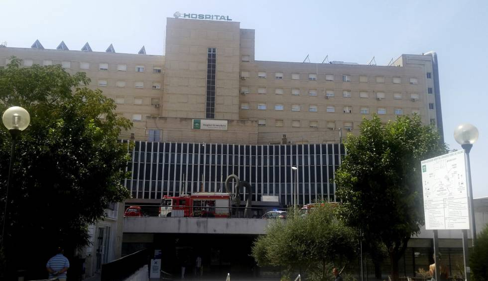 Coches de bomberos en la fachada del hospital de Valme, este domingo.