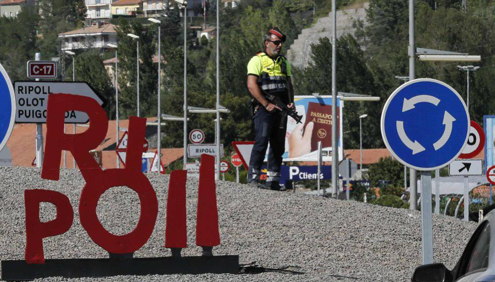Control policial en Ripoll este domingo.