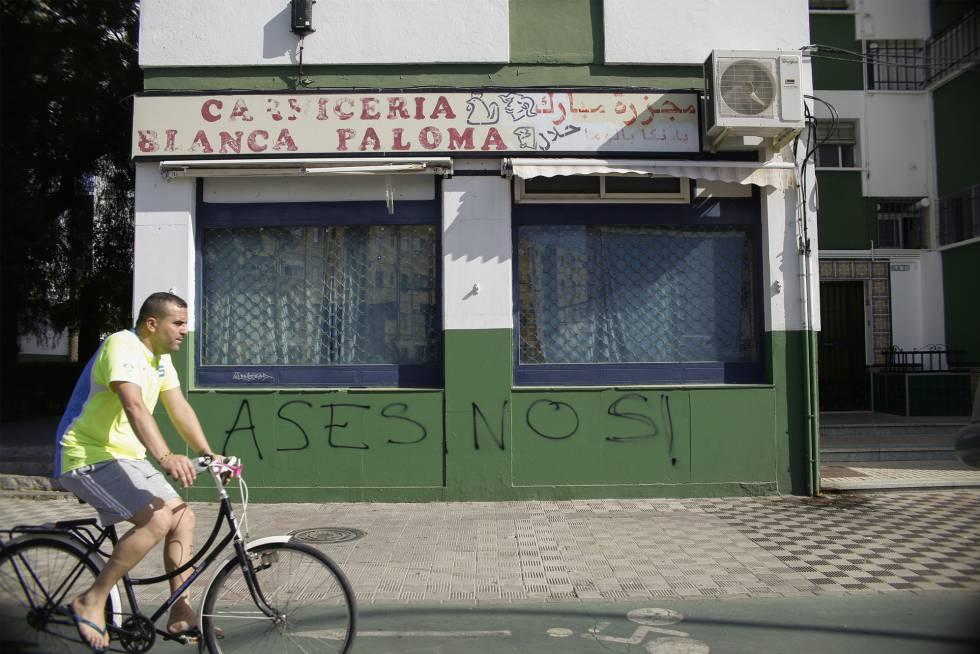 Pintada islamófoba en una carnicería árabe en Sevilla, este martes.