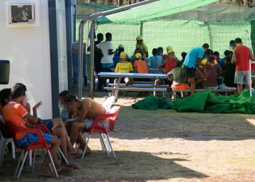 Young migrants housed in Spanish campground as bed shortage bites