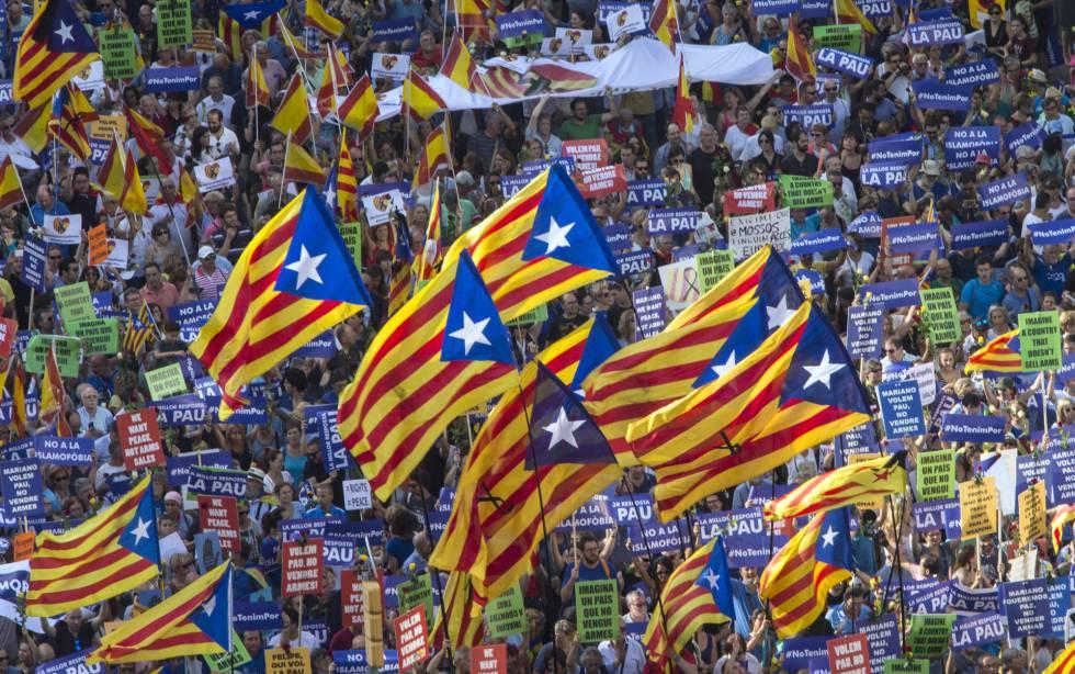 Banderas independentistas en Barcelona durante la marcha contra el terrorismo.
