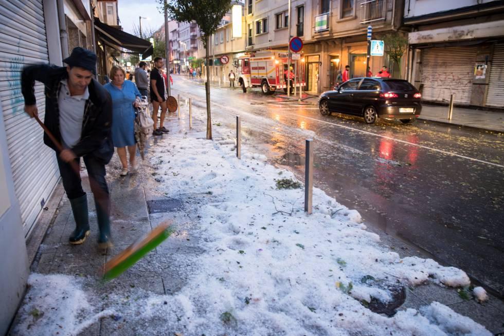 Lluvias en forma de granizo colapsaron el centro de Arzua (La Coruña).