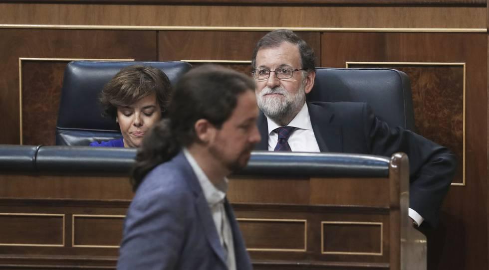 Pablo Iglesias, ante Mariano Rajoy y Soraya Sáenz de Santamaría.