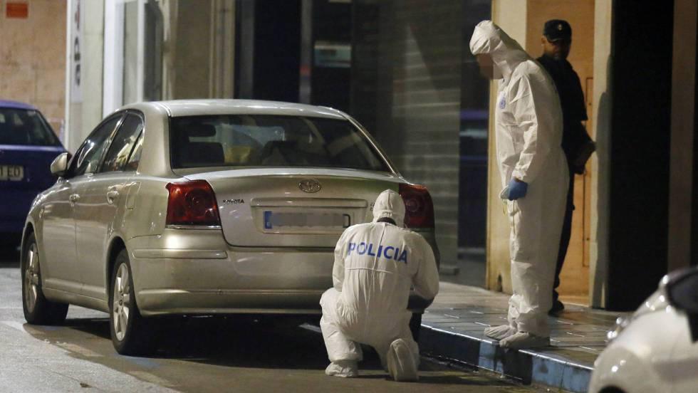 La policía científica inspeccionando las inmediaciones de la vivienda el día del suceso.