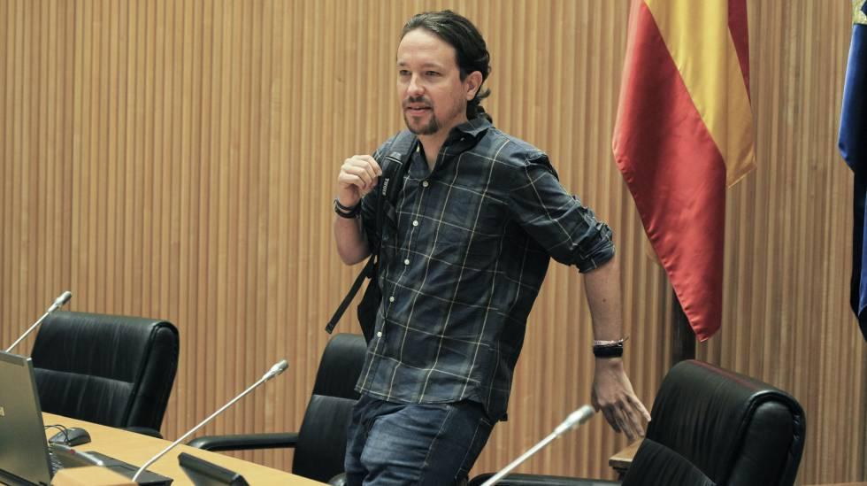 El secretario general de Podemos, Pablo Iglesias, al inicio hoy de la primera reunión del grupo parlamentario confederal de Unidos Podemos.