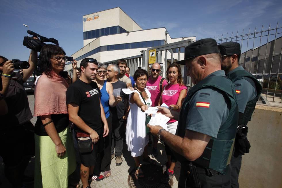 Guardias Civiles a las puertas de la imprenta registrada en Tarragona.