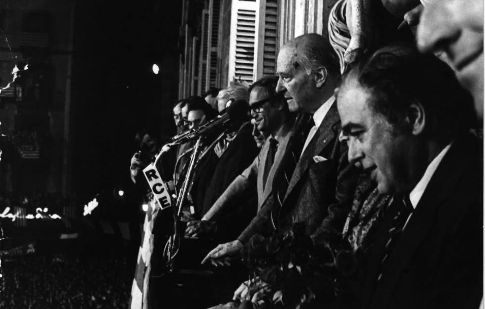 El presidente de la Generalitat, Josep Tarradellas, en el acto de bienvenida tras 38 años de exilio, junto a Jordi Pujol.