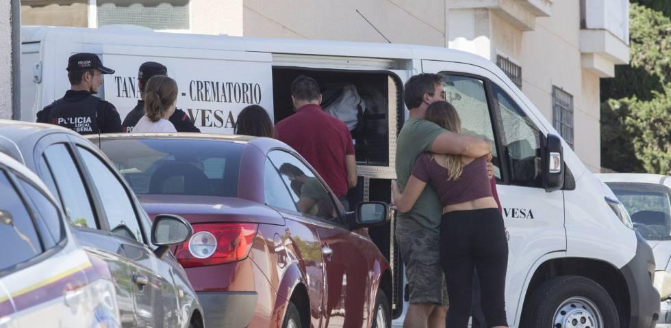 Familiares y vecinos de la joven asesinada en Cartagena.