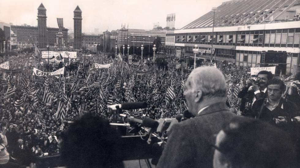 El presidente de la Generalitat, Josep Tarradellas saluda a la multitud que acudió darle la bienvenida tras su exilio el 23 de octubre de 1977.