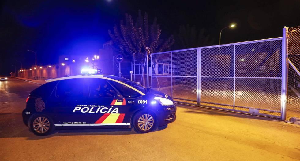 El coche de la Policia que llevó a prisión a dos de los seis policias acusados por el presunto homicidio de Diego Pérez.