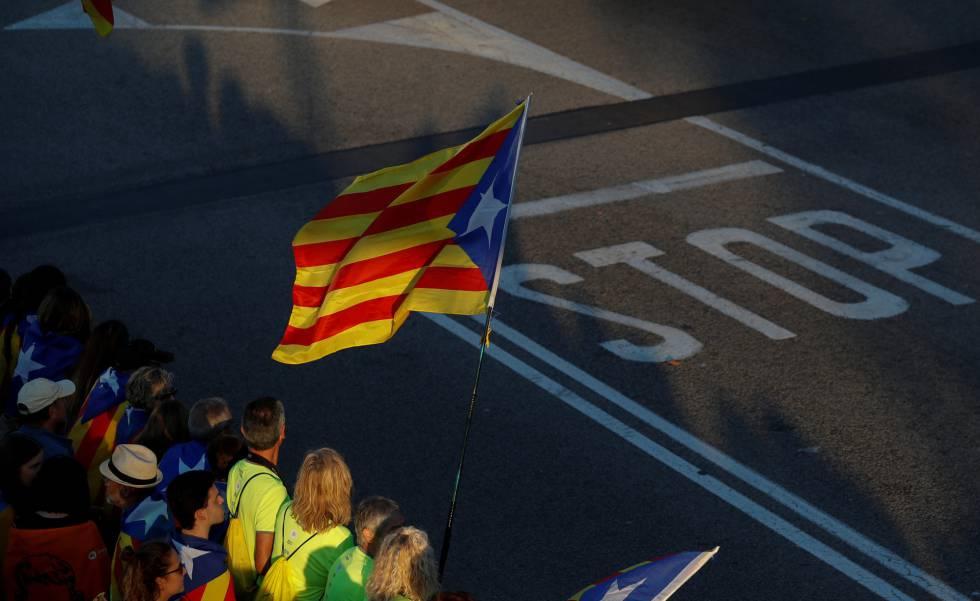 Decenas de manifestantes portan banderas durante una concentración en Barcelona.