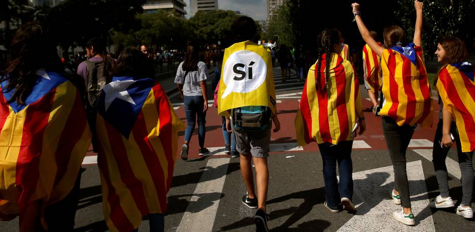 A group of students wearing the Catalan flag march in favor of the referendum.