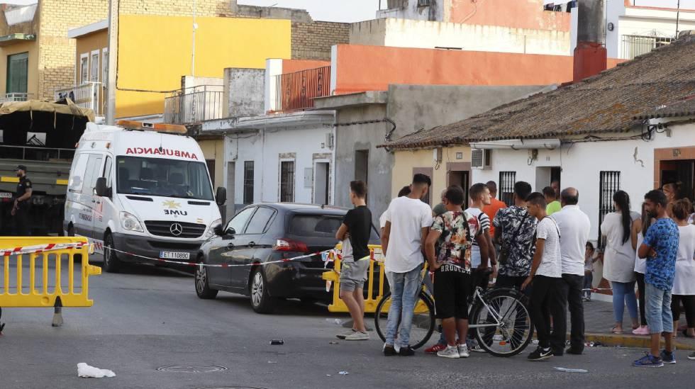 La Policía Nacional y la Unidad Militar de Emergencias (UME) en una vivienda de Dos Hermanas (Sevilla), donde se han encontrado restos humanos enterrados en hormigón.