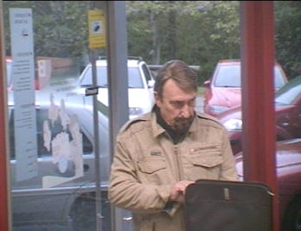 Manuel Ángel Álvarez Riestra es grabado por la cámara de seguridad del Banco Herrero de Las Vegas-Corvera (Asturias) el 18 de abril de 2008.