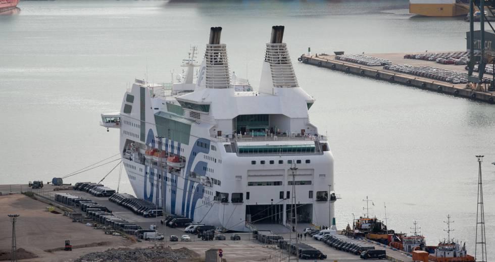 El buque Rhapsody junto a decenas de furgones policiales aparcados.