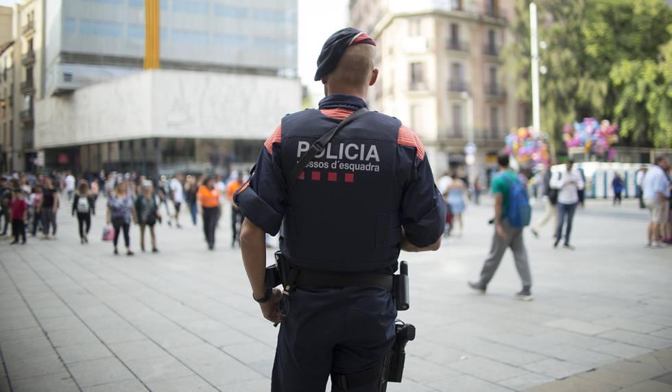 Un mosso d'esquadra en la Plaza Nova de Barcelona.rn