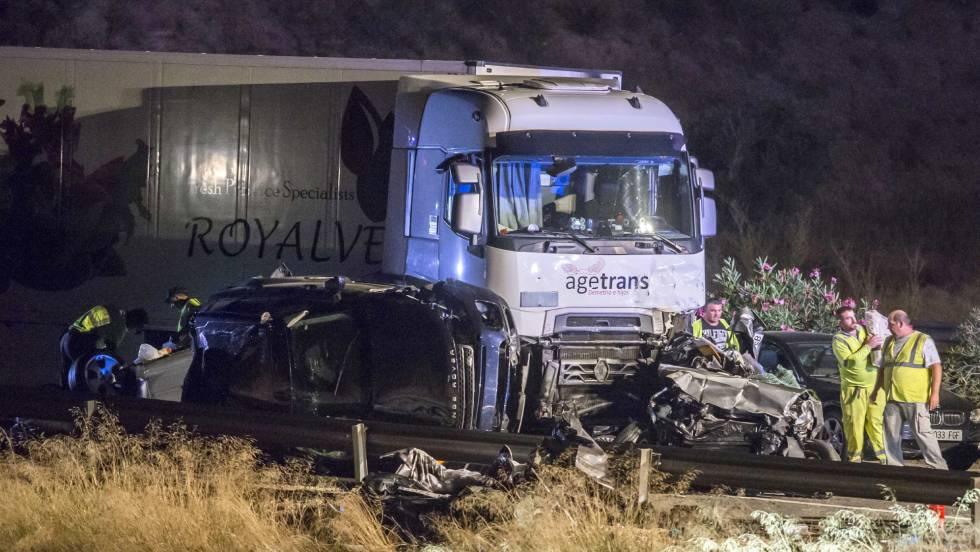 Dos coches destrozados por el accidente de este lunes en la A7, en Murcia.