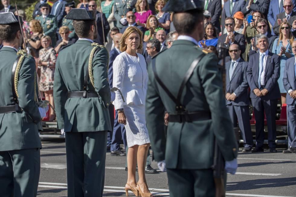 La ministra de Defensa, Maria Dolores de Cospedal, pasa revista a guardias civiles el pasado domingo en Toledo.
