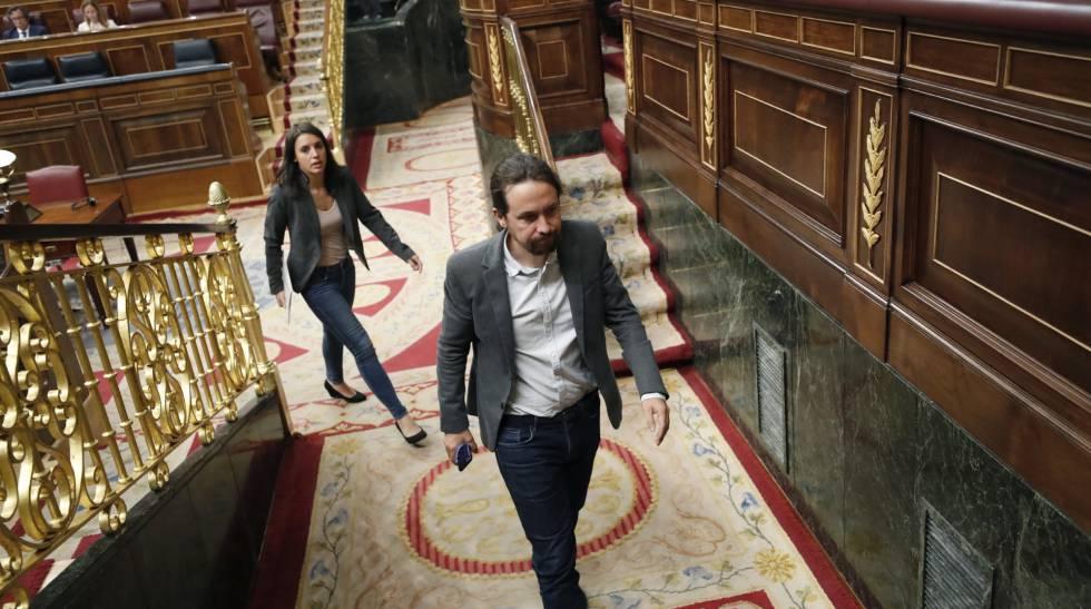 El líder de Podemos, Pablo Iglesias (c), y la portavoz parlamentaria del partido, Irene Montero (detrás), este martes en el Congreso.
