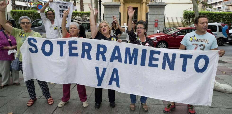 Varios integrantes de la Plataforma Pro-soterramiento de la vías de Murcia se manifiestan en la puerta de la delegación del Gobierno.