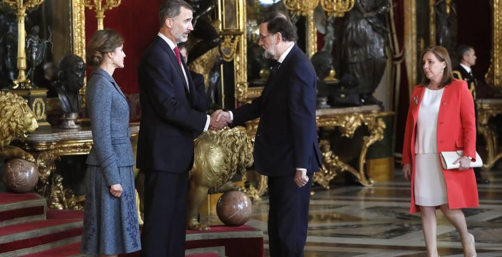 Los Reyes conversan con el presidente del Gobierno, Mariano Rajoy, acompañado de su mujer Elvira Fernández.