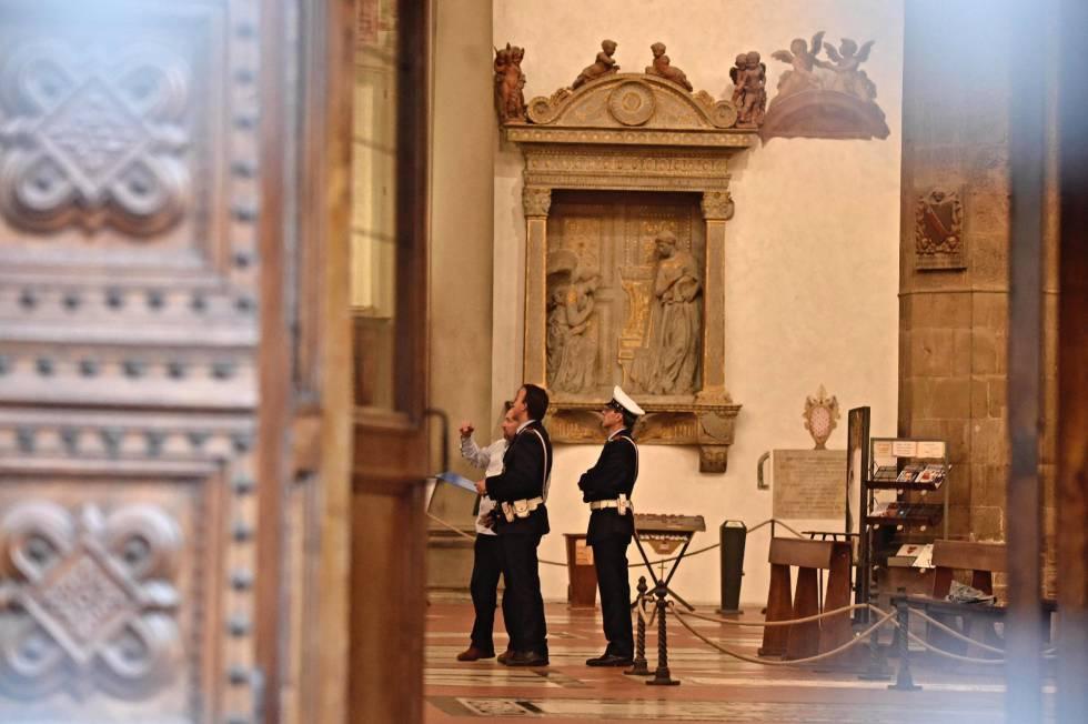 La policía inspecciona el interior de la basílica de Santa Cruz este miércoles.