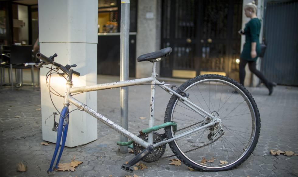 Una bicicleta, con parte de sus componentes robados, en el centro de Sevilla.