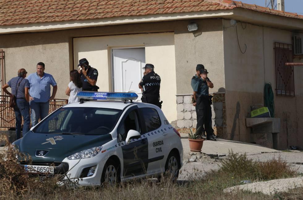 Agentes de la Policía Local y Policía Judicial de la Guardia Civil investigan lo sucedido en esta casa de Burjulú de Cuevas del Almanzora (Almería).