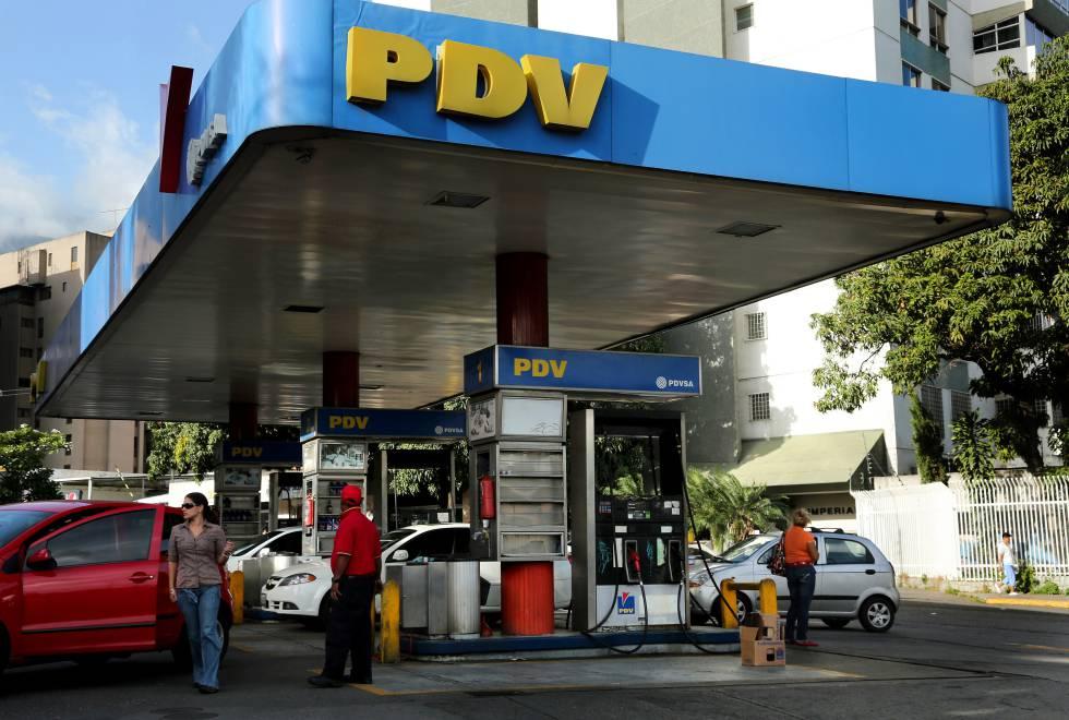 Varios clientes repostan sus vehículos en una gasolinera de Petróleos de Venezuela en Caracas.