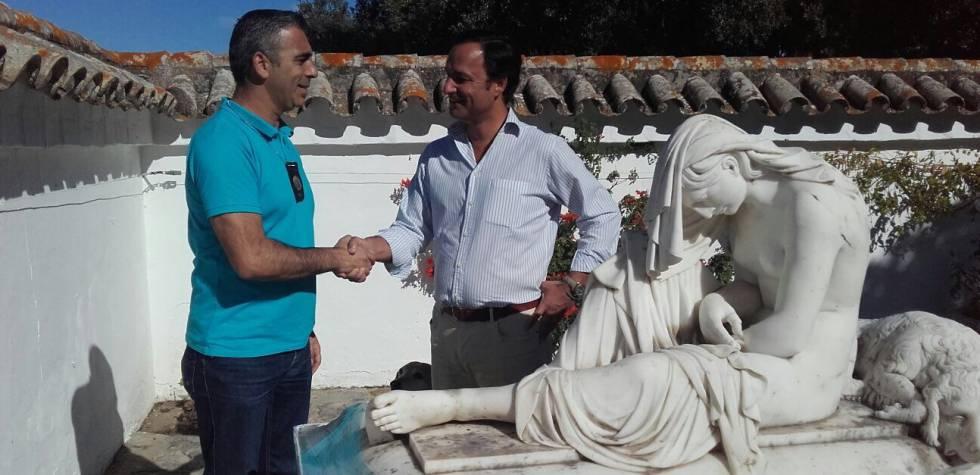 Momento de la entrega de la estatua a un representante de la familia propietaria (derecha).