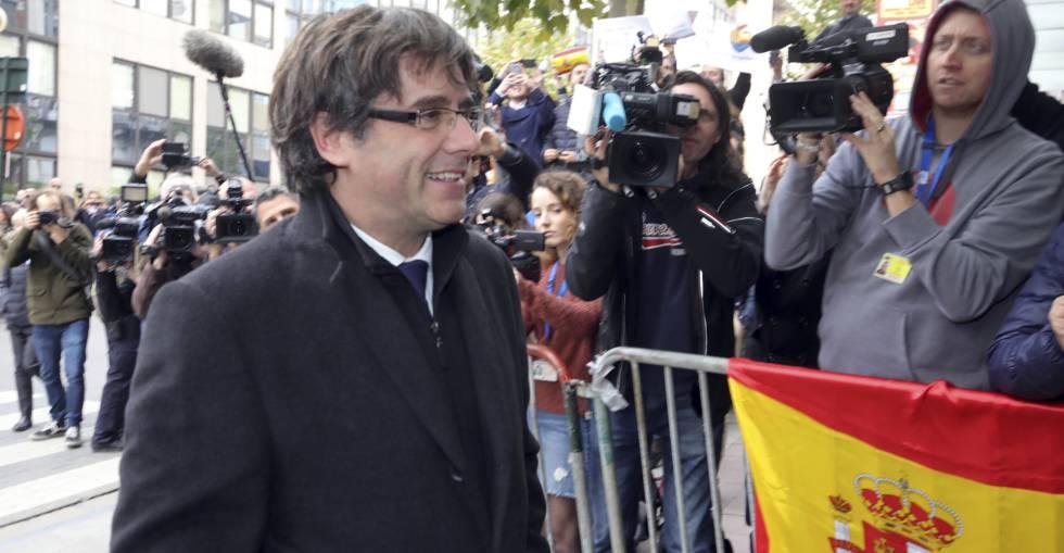 Carles Puigdemont llega este martes a una rueda de prensa en Bruselas.