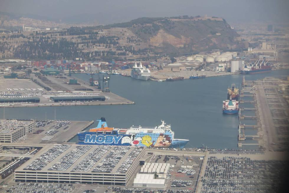 Vista de los barcos que alojan a guardias y policías en el puerto de Barcelona.