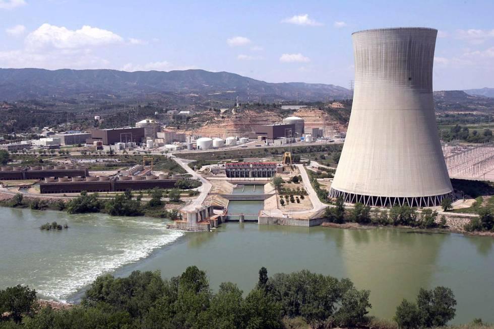 Complejo nuclear de Ascó con la torre de refrigeración en primer plano.