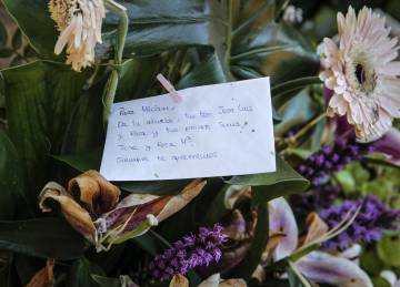 Un ramo de flores de la familia de Miriam en el cementerio de Alcàsser.