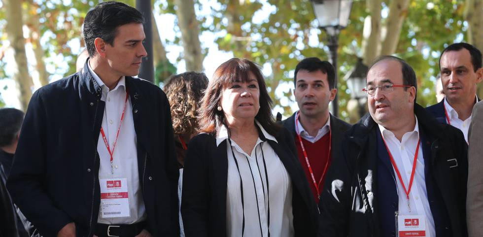 PSOE chief Pedro Sánchez (l) and Miquel Iceta (second from right).