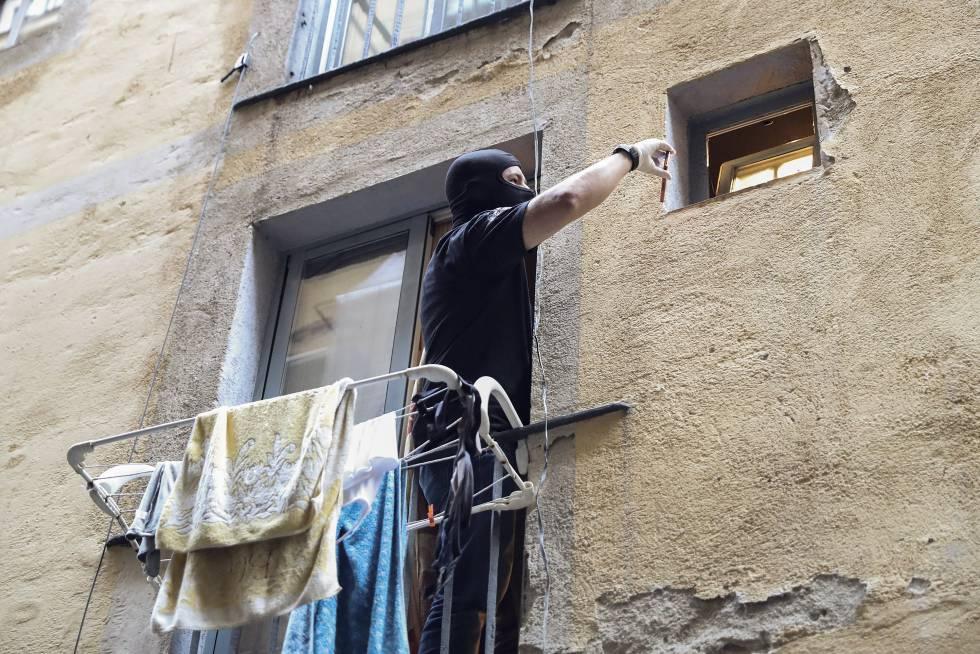 Un policía en uno de los pisos desalojados.