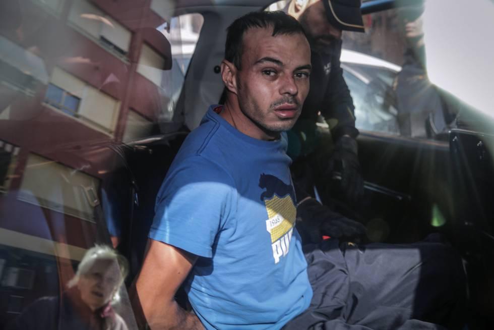 El homicida de Alzira sale del piso donde supuestamente degolló a su hija.rn