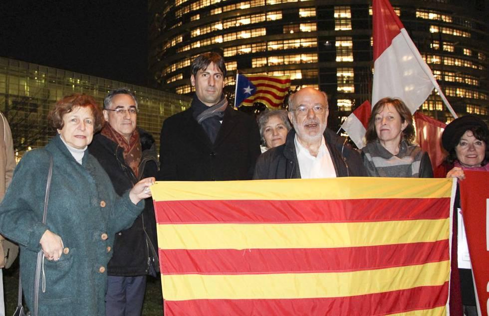 """De izquierda a derecha, en primera fila: Tatjana Zdanoka, Ramón Tremosa (PdeCAT), Jordi Solé (ERC) y Josep Maria Terricabras (ERC) en una protesta contra """"la discriminación de Cataluña"""" ante el Europarlamento en Bruselas el 14 de noviembre."""