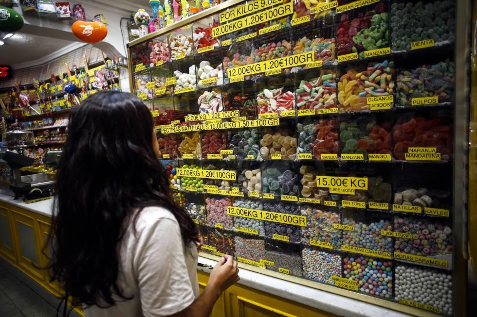 Una joven en una tienda de caramelos de Madrid, en una imagen de archivo.