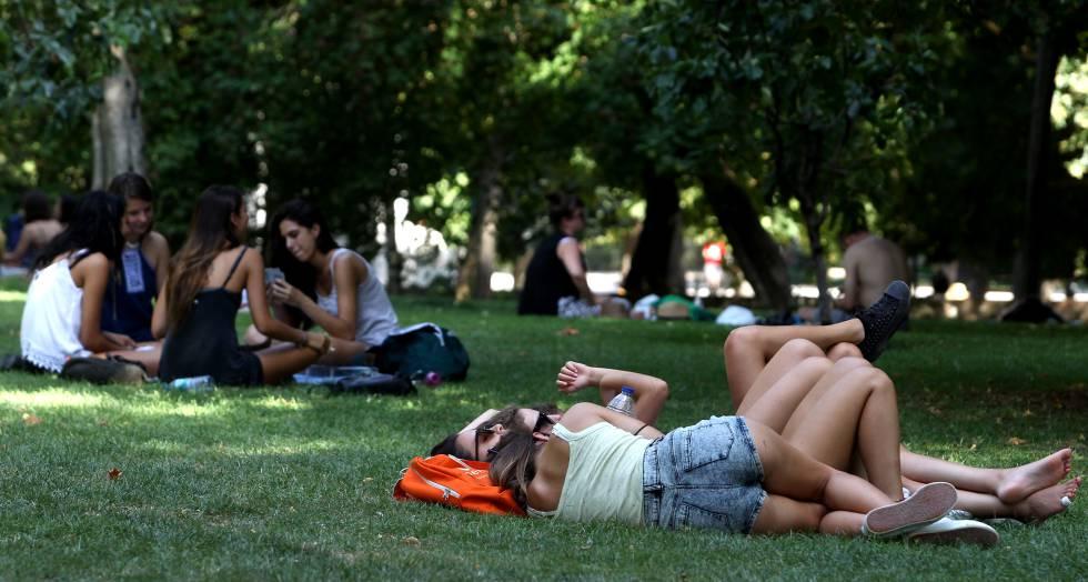 Varios adolescentes descansan en el parque del Retiro de Madrid en 2016.