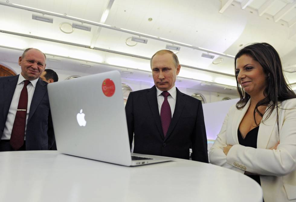 Vladimir Putin y la directora de RT, Margarita Simonyan, asisten a una exposición en Moscú para celebrar el décimo aniversario de la cadena, en 2015.