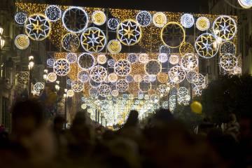 Alumbrado navideño en el centro de Sevilla.