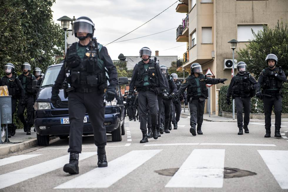 Agentes de la Guardia Civil, durante el dispositivo para impedir el referéndum ilegal del 1 de octubre.