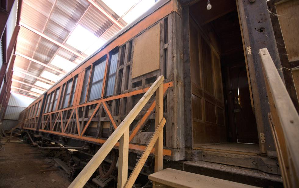 The train car sitting in a warehouse in Almazán (Soria).