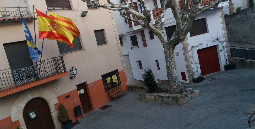 La bandera de espa a que resiste en la cuna de un for Hoteles en la puerta