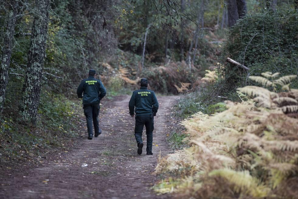 Dos agentes de Lobios caminan por el parque natural trasfronterizo Baixa Limia-Serra do Xurés.