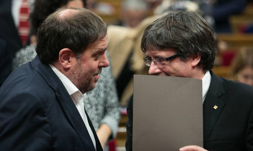 Junqueras y Puigdemont cuchichean al finalizar el pleno del Parlamento de Cataluña, el pasado 10 de octubre.