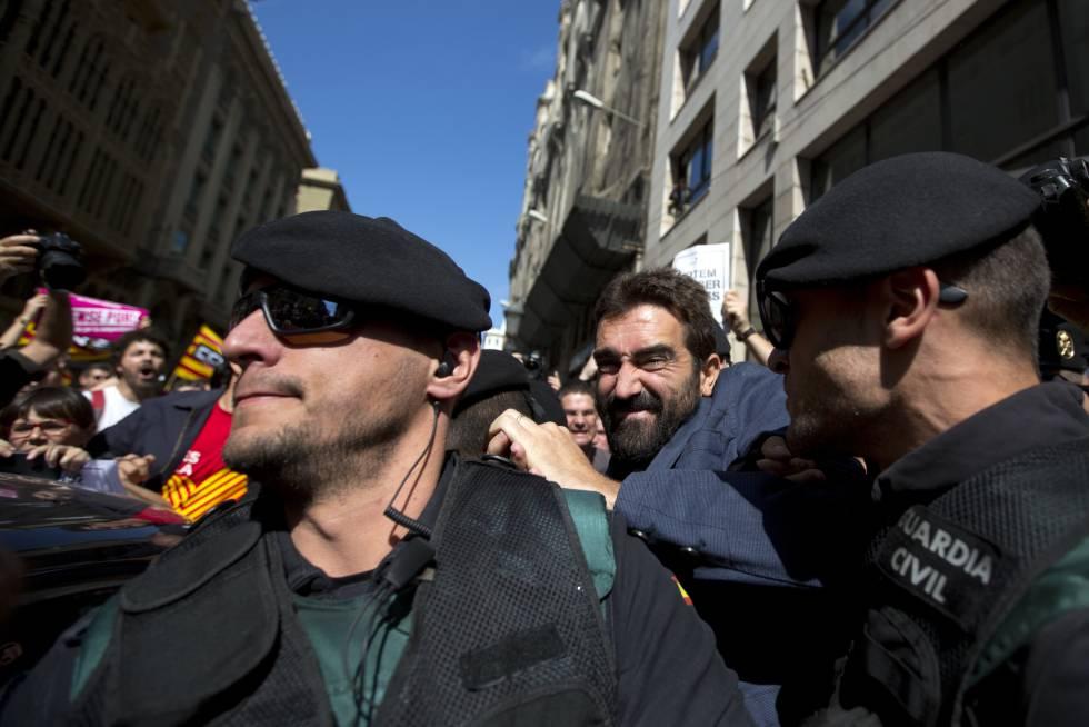 Guardias Civiles impiden el paso de manifestantes durante los registros del 20 de septiembre.
