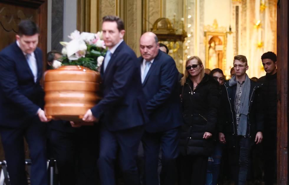 Familiares asisten al funeral de Andrea Carballo, asesinada por su expareja.