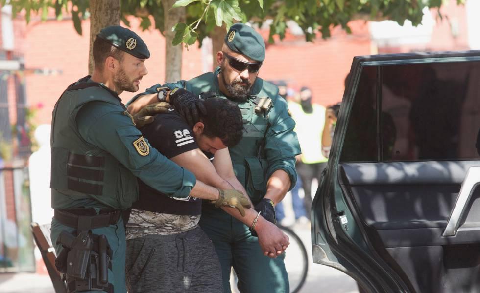 Agentes de la Guardia Civil conducen en Vinaròs (Castellón) a un posible yihadista relacinado con los atentados en Cataluña.